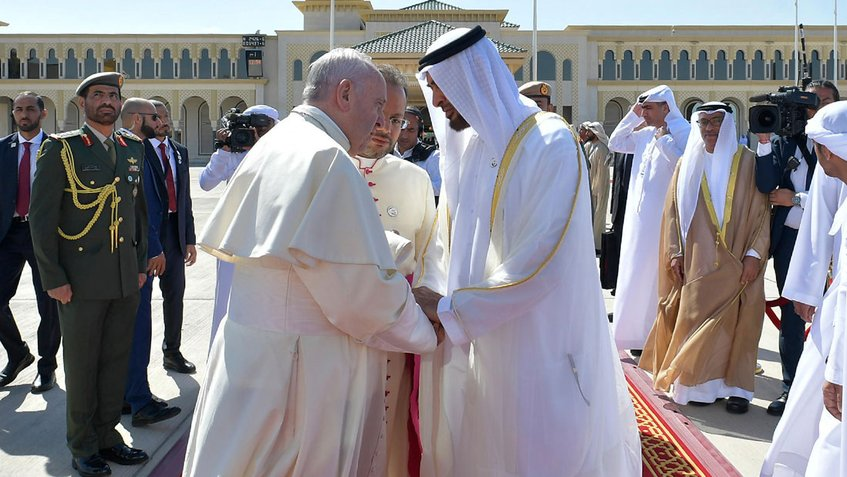Papa Francisco culmina su visita en Emiratos con multitudinaria misa